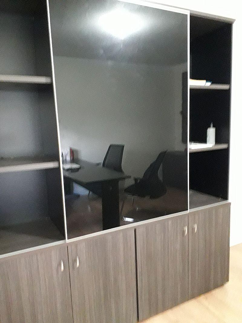 Armario para escritorio com porta vidro