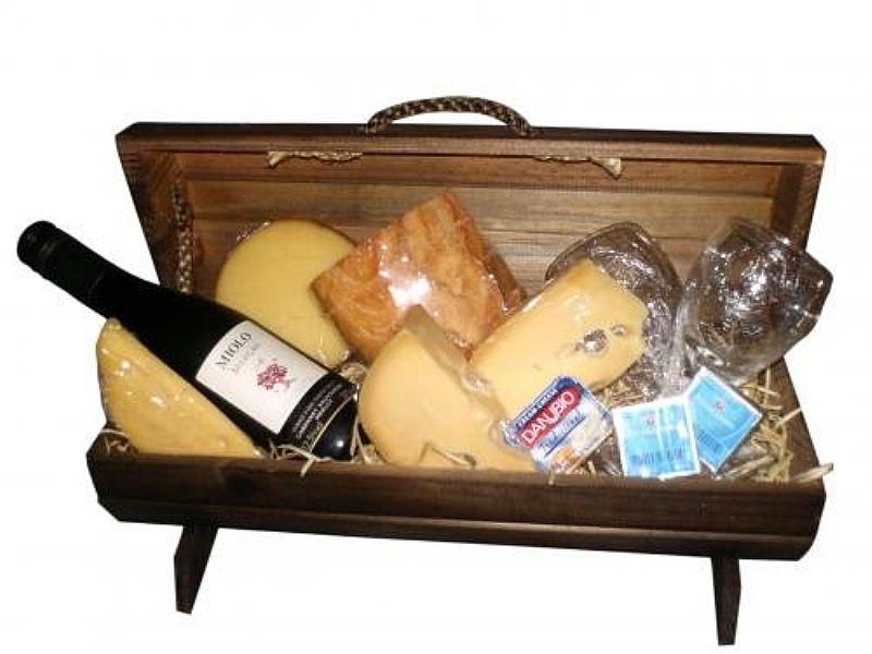 Cesta de queijos e vinho no jardim danfer