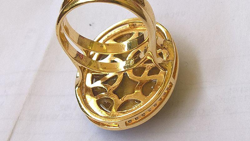 Anel em ouro amarelo com brilhantes e pedra olho de gato  oval