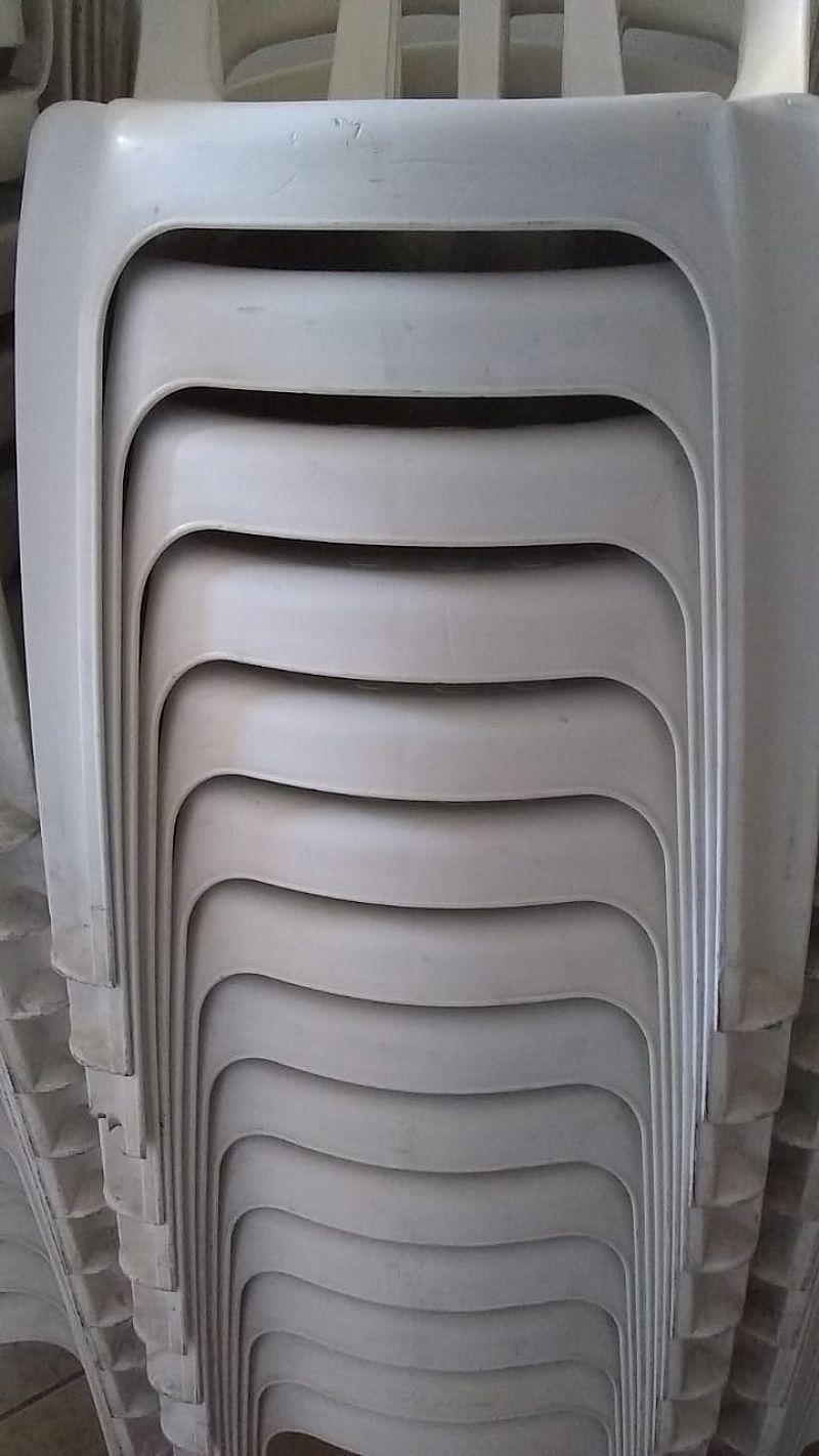 Jogos de mesa com 4 cadeiras brancas