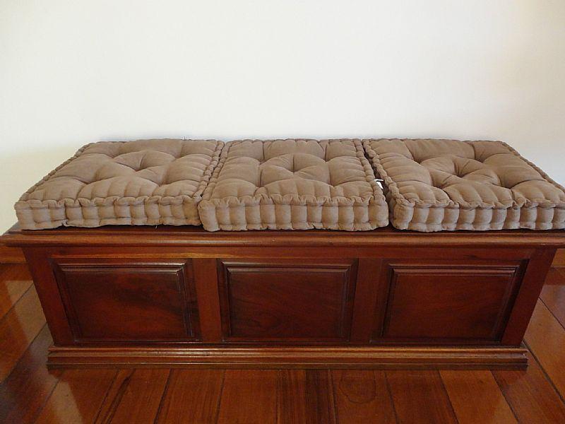 Bau em madeira Jacaranda macica c/detalhes almofadados nas portas,    modelo exclusivo,    peca Vintage,    belissima,    leia descricao abaixo: