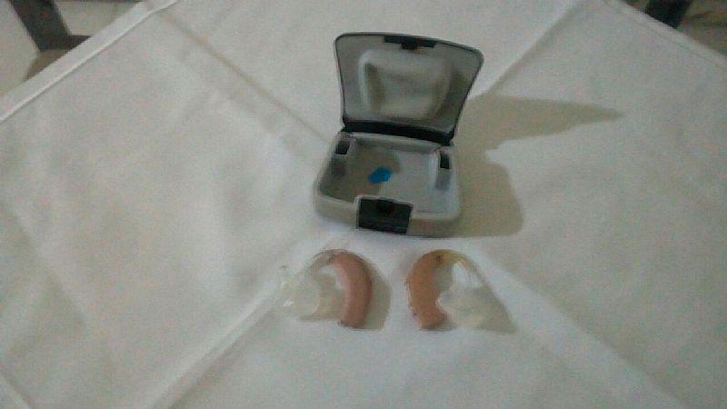 Aparelhos auditivo sendo um novo e um usado a&e hearing