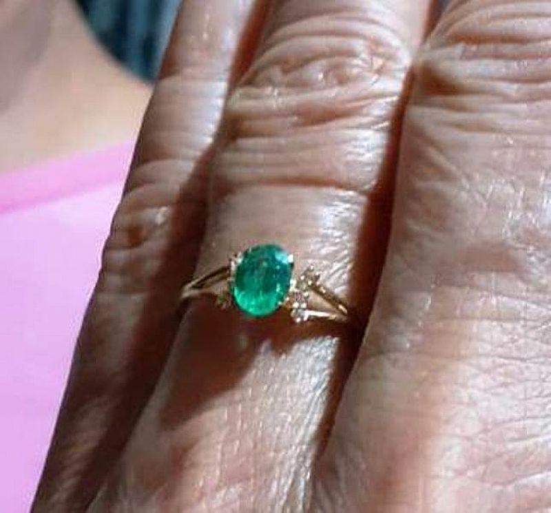 Anel de ouro 18k com esmeralda extra e brilhantes