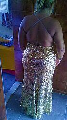 Vestido de festa dourado.