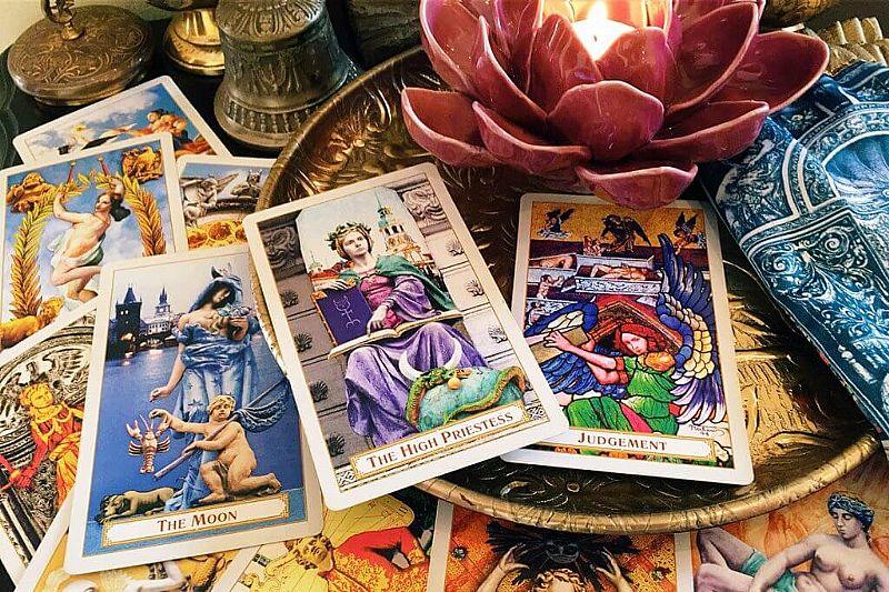 Cartomancia - leitura de cartas com tarot e baralho cigano